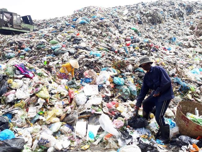 Bạc Liêu: Sau nhiều năm chờ đợi, dân vẫn phải chịu đựng bãi rác quá tải cao hơn 15m - Ảnh 4.