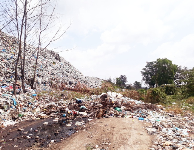 Bạc Liêu: Sau nhiều năm chờ đợi, dân vẫn phải chịu đựng bãi rác quá tải cao hơn 15m - Ảnh 3.