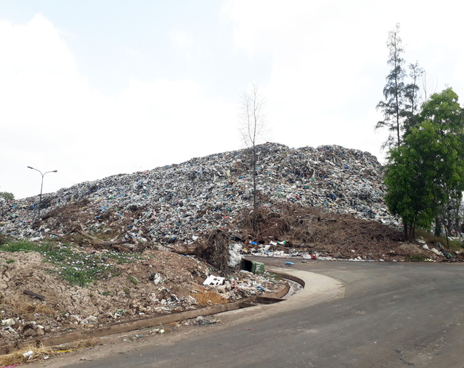 Bạc Liêu: Sau nhiều năm chờ đợi, dân vẫn phải chịu đựng bãi rác quá tải cao hơn 15m - Ảnh 2.