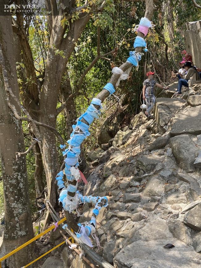 Rằm tháng Giêng ở núi Bà Đen, bất chấp dịch Covid-19, rừng người đeo khẩu trang, hương khói lễ chùa - Ảnh 9.