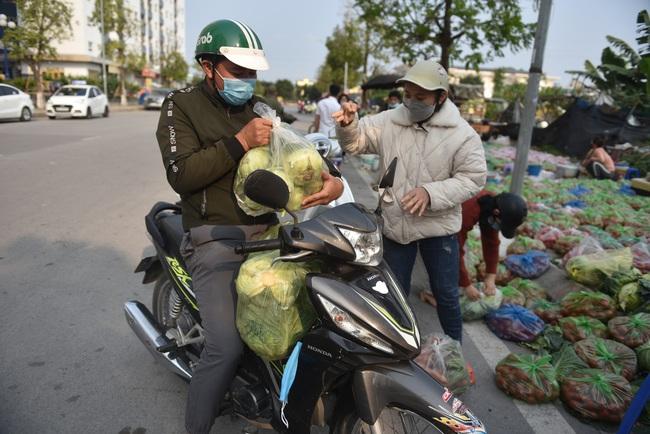 """Giải cứu nông sản Hải Dương: Người dân xúc động với phiên chợ """"0"""" đồng - Ảnh 3."""