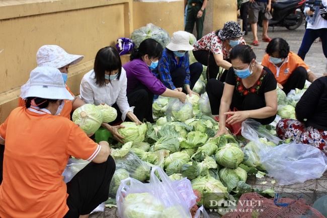 """Người Sài Gòn ùn ùn """"giải cứu"""" nông sản, 10 tấn bắp cải, 5 tấn bưởi hết trong tích tắc - Ảnh 3."""