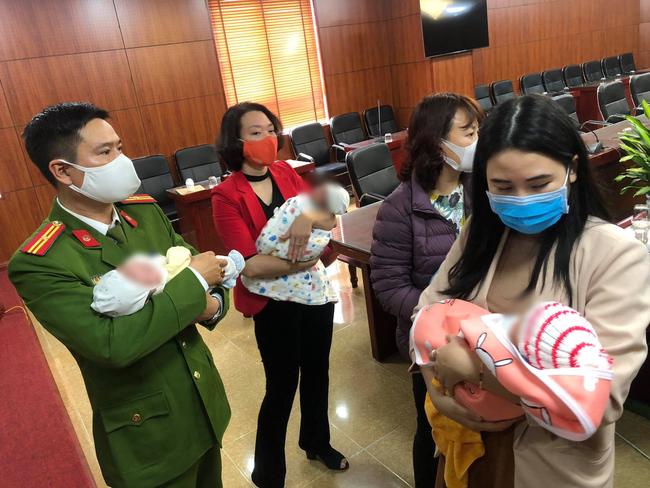 Giải cứu 3 trẻ sơ sinh trên đường bán sang Trung Quốc - Ảnh 1.
