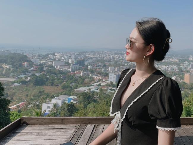 Hoa khôi bóng chuyền Nguyễn Thu Hoài mặc áo trễ cổ, lộ vòng 1 lấp ló - Ảnh 1.