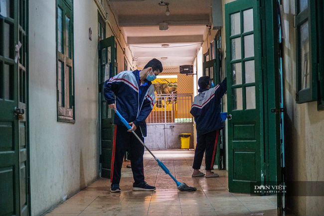 Hà Nội: Các trường học phun khử khuẩn, vệ sinh toàn bộ lớp học, sẵn sàng đón học sinh - Ảnh 8.