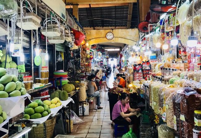 TP.HCM: Chợ Tết vắng tanh, đến mức không có khách để tiểu thương mời - Ảnh 1.