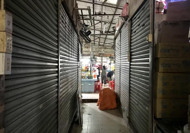 TP.HCM: Chợ Tết vắng tanh, đến mức không có khách để tiểu thương mời - Ảnh 5.