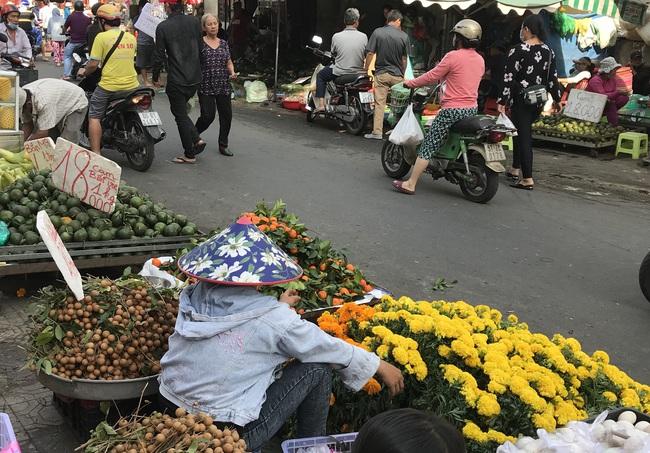 TP.HCM: Chợ Tết vắng tanh, đến mức không có khách để tiểu thương mời - Ảnh 3.