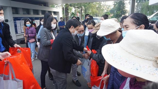 Chuyến xe yêu thương đưa gần 300 bệnh nhân và người nhà về quê ăn Tết  - Ảnh 1.
