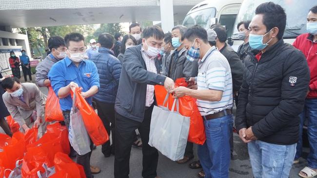 Chuyến xe yêu thương đưa gần 300 bệnh nhân và người nhà về quê ăn Tết  - Ảnh 2.
