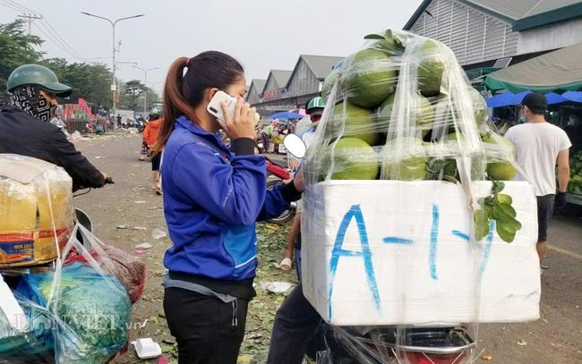Khách hàng mua trái cây về phân phối ở chợ bán lẻ