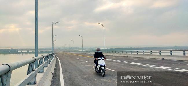 Những hình ảnh ngày đầu tiên phương tiện lưu thông qua cầu Của Hội nghìn tỷ - Ảnh 10.