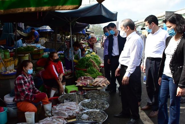 Chủ tịch TT-Huế kiểm tra chợ Tết, yêu cầu không bán hàng cho người vi phạm phòng chống Covid-19  - Ảnh 1.