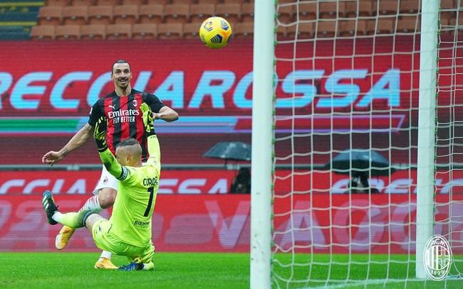 Ibrahimovic vượt mốc 500 bàn cấp CLB, AC Milan giành lại ngôi đầu Serie A - Ảnh 1.