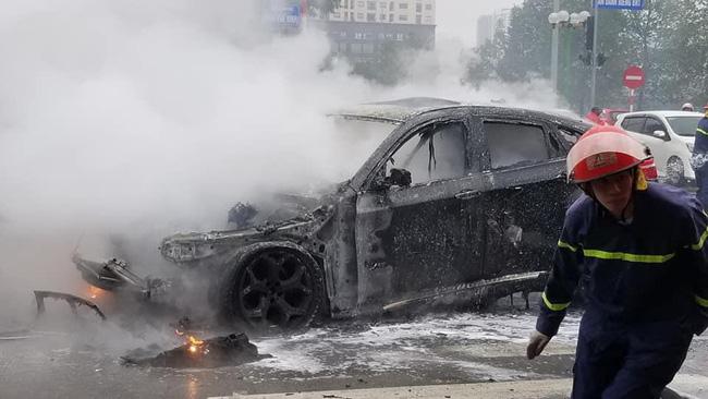 Ô tô BMW bốc cháy ngùn ngụt giữa ngã tư tại Hà Nội - Ảnh 2.