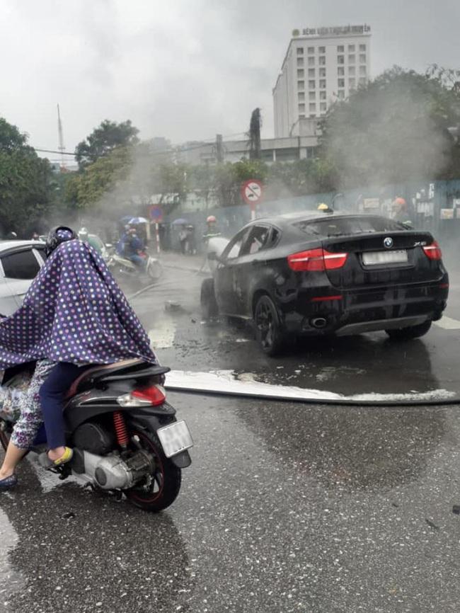 Ô tô BMW bốc cháy ngùn ngụt giữa ngã tư tại Hà Nội - Ảnh 3.