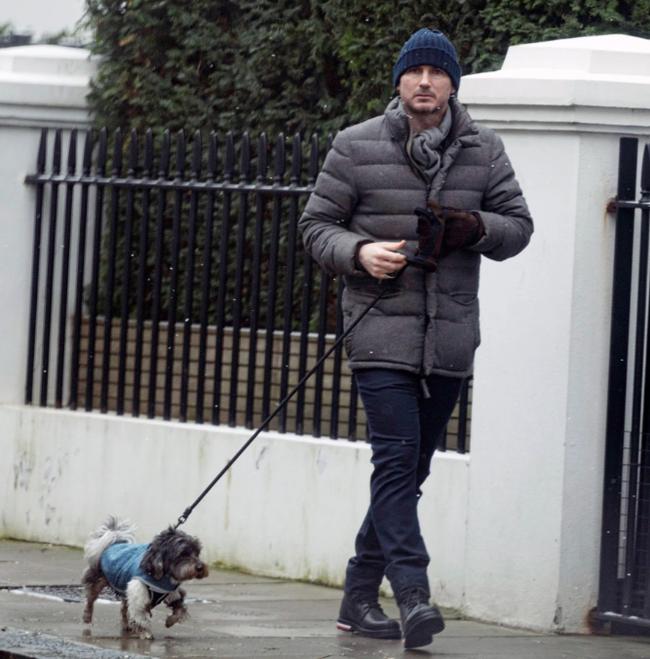 Lampard dắt chó cưng đi dạo.