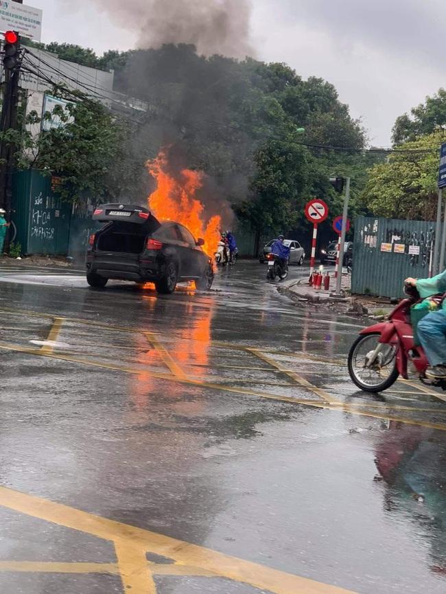Ô tô BMW bốc cháy ngùn ngụt giữa ngã tư tại Hà Nội - Ảnh 4.