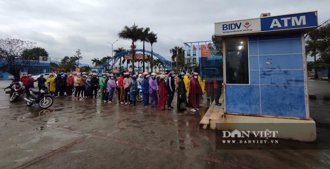 Công nhân đội mưa, xếp hàng dài rút tiền ở cây ATM ngày cận Tết Nguyên đán 2021 - Ảnh 10.