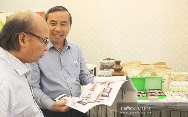 """Ông Thành (phải) giới thiệu quy trình chế biến sản phẩm chocolate hữu cơ """"Made in Bà Rịa-Vũng Tàu"""". Ảnh Nguyễn Vy"""
