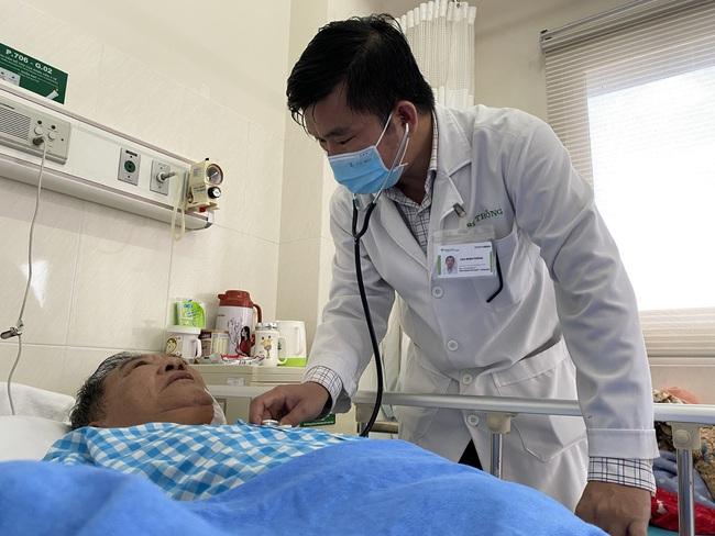 Cứu sống cụ ông chóng mặt, tê yếu vì tắc cả 2 mạch máu lên não - Ảnh 1.