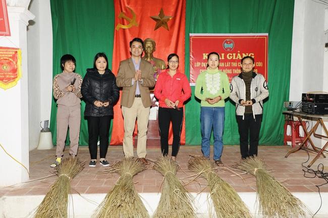 Giúp nông dân có nghề, tìm đầu ra cho sản phẩm - Ảnh 1.