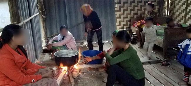 """Ác mộng mới ở Chăm Puông (Bài 1): Nhà báo vào bản đúng giờ nạn nhân quằn quại """"vượt cạn"""" trong túp lều! - Ảnh 6."""