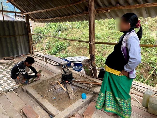 """Ác mộng mới ở Chăm Puông (Bài 1): Nhà báo vào bản đúng giờ nạn nhân quằn quại """"vượt cạn"""" trong túp lều! - Ảnh 1."""