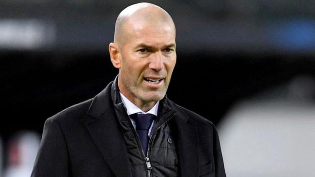 Zidane khó chịu với quyết định của trọng tài.