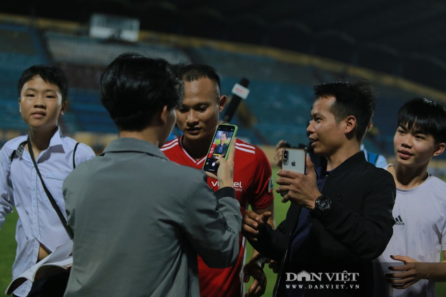 Hoàng Đức được trợ lý thầy Park tặng quà gì sau trận thắng Nam Định? - Ảnh 7.