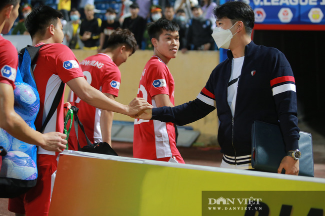 Hoàng Đức được trợ lý thầy Park tặng quà gì sau trận thắng Nam Định? - Ảnh 1.