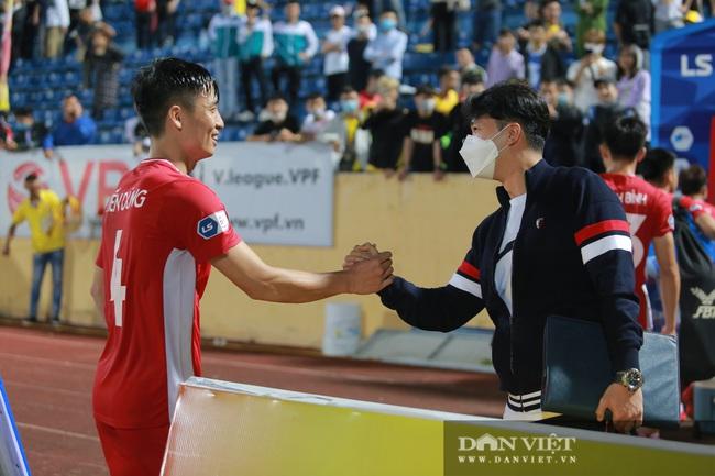 Hoàng Đức được trợ lý thầy Park tặng quà gì sau trận thắng Nam Định? - Ảnh 2.