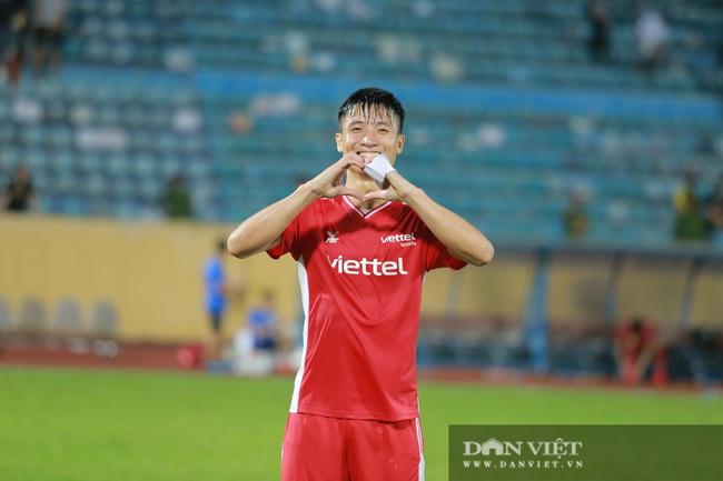 Hoàng Đức được trợ lý thầy Park tặng quà gì sau trận thắng Nam Định? - Ảnh 6.