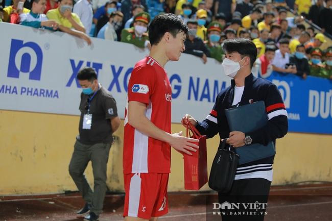 Hoàng Đức được trợ lý thầy Park tặng quà gì sau trận thắng Nam Định? - Ảnh 4.