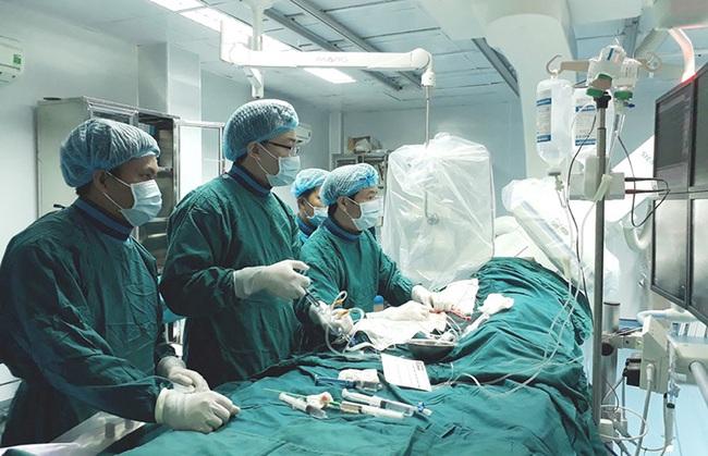 Một phụ nữ tử vong sau khi tiêm filler nâng ngực - Ảnh 1.