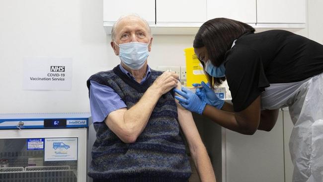 """Vắc xin Covid-19 chưa đủ """"hoàn hảo"""", có khả năng 'tái thiết nạp' virus cao nếu ngừng dãn cách xã hội quá nhanh   - Ảnh 2."""