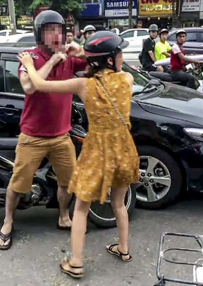 Tạm giữ 2 thanh niên đánh người nước ngoài sau va chạm giao thông - Ảnh 1.
