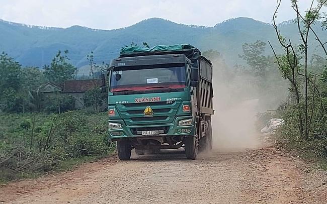 TT-Huế: Dân chặn xe chở đất đá thi công đường cao tốc vì gây ô nhiễm môi trường  - Ảnh 1.
