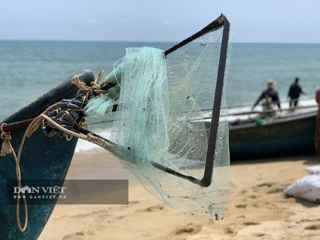 Quảng Ngãi: Sắm vợt sắt khủng dài hơn 8m đi cào ốc bé tẹo, ngư dân kiếm vài triệu/ngày   - Ảnh 3.