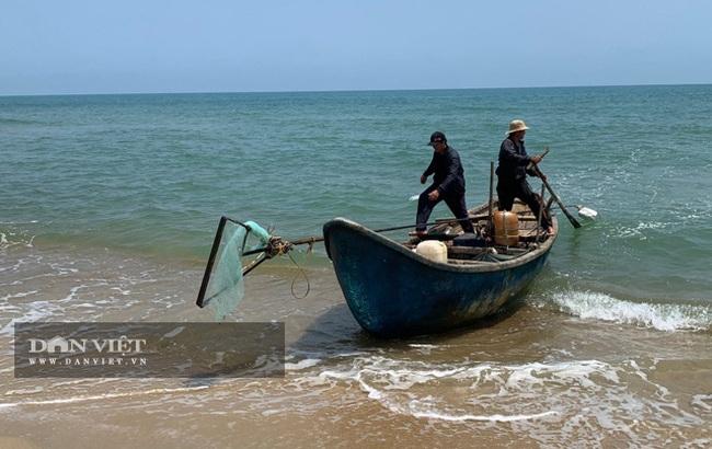 Quảng Ngãi: Sắm vợt sắt khủng dài hơn 8m đi cào ốc bé tẹo, ngư dân kiếm vài triệu/ngày   - Ảnh 6.