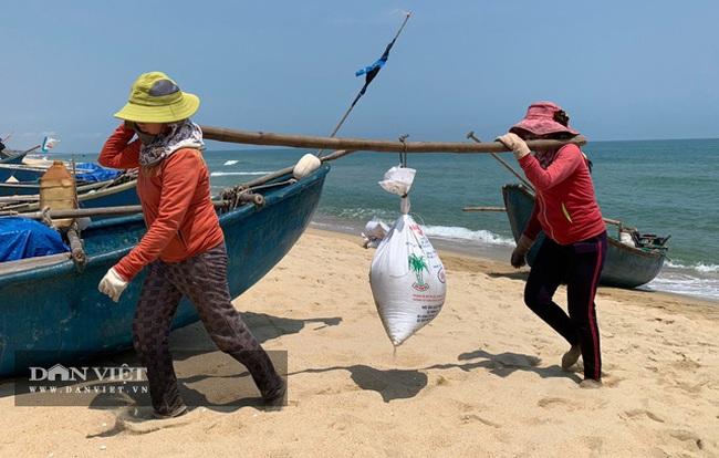 Quảng Ngãi: Sắm vợt sắt khủng dài hơn 8m đi cào ốc bé tẹo, ngư dân kiếm vài triệu/ngày   - Ảnh 9.