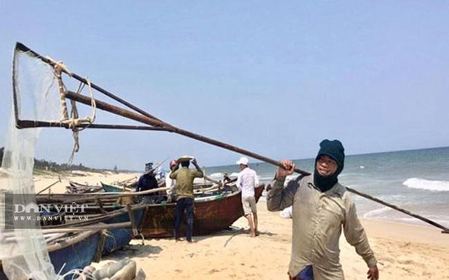 Quảng Ngãi: Sắm vợt sắt khủng dài hơn 8m đi cào ốc bé tẹo, ngư dân kiếm vài triệu/ngày   - Ảnh 4.