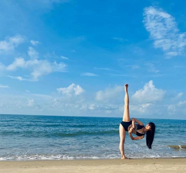 Mỹ nữ võ thuật Châu Tuyết Vân nóng bỏng trong bộ bikini 2 mảnh - Ảnh 2.