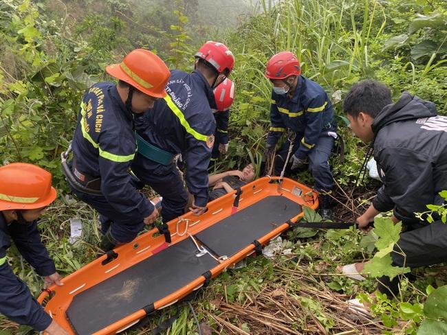Cứu nạn nam thanh niên đâm vào ta luy đường, rớt xuống vực tại đèo Hải Vân - Ảnh 2.