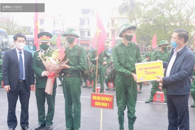 Tân binh Ninh Bình hăng hái lên đường nhập ngũ - Ảnh 1.