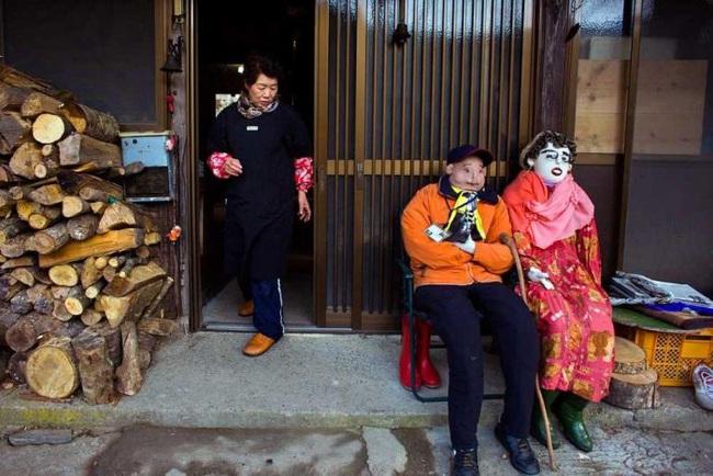 Ngôi làng kỳ bí nhất thế giới có dân số là 300 con búp bê hình người - Ảnh 5.