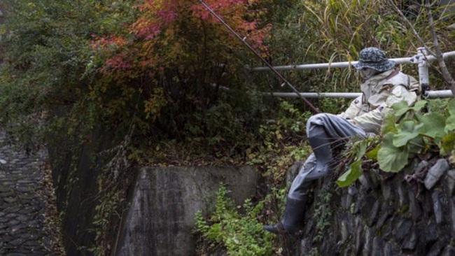 Ngôi làng kỳ bí nhất thế giới có dân số là 300 con búp bê hình người - Ảnh 8.