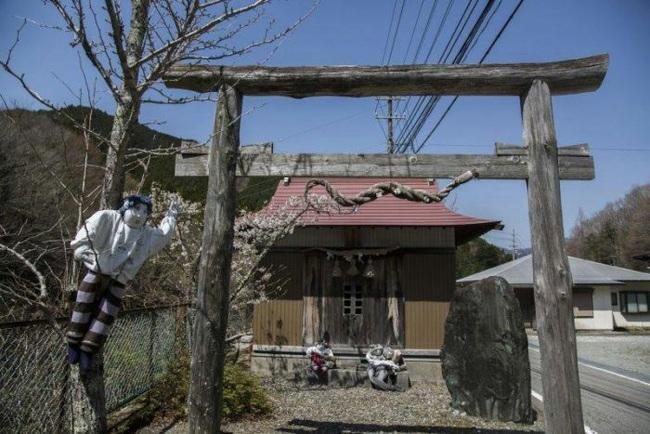 Ngôi làng kỳ bí nhất thế giới có dân số là 300 con búp bê hình người - Ảnh 9.