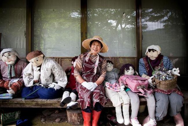 Ngôi làng kỳ bí nhất thế giới có dân số là 300 con búp bê hình người - Ảnh 6.