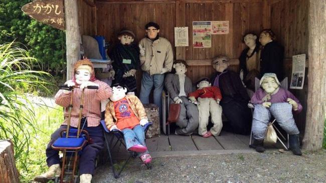 Ngôi làng kỳ bí nhất thế giới có dân số là 300 con búp bê hình người - Ảnh 14.